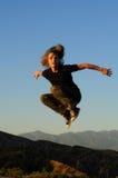 Vol d'homme au-dessus des montagnes Photographie stock