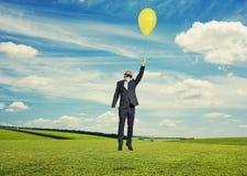 Vol d'homme avec le ballon à extérieur photos libres de droits