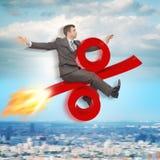 Vol d'homme d'affaires sur le signe de pour cent Image stock