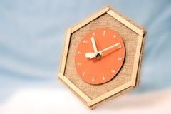 Vol d'horloge par le ciel Image stock
