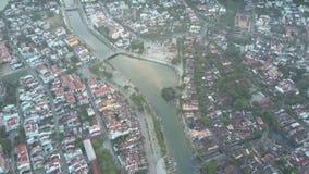 Vol d'oeil d'oiseau au-dessus de la rivière calme séparant la ville avec des arbres clips vidéos