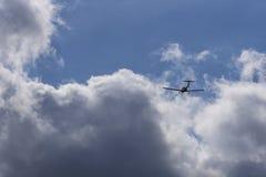 Vol dans le temps dans des avions de lumière de moteur simple photos stock
