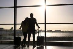 Vol de attente de couples dans l'aéroport Photos libres de droits