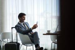 Vol de attente d'homme d'affaires au café d'aéroport Image libre de droits