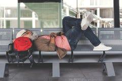 Vol de attente d'homme fatigué Photographie stock libre de droits
