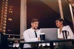 Vol de attente de couples d'affaires au café d'aéroport Image stock