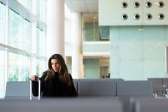 Vol de attente de femme songeuse à l'aéroport en hiver Photos stock