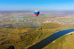 Vol de ballon à air chaud au-dessus de paysage de rivière Images libres de droits