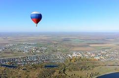 Vol de ballon à air chaud au-dessus de paysage rural Photos stock