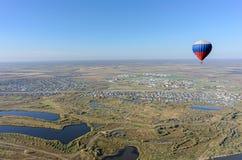 Vol de ballon à air chaud au-dessus de paysage rural Photographie stock