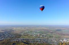 Vol de ballon à air chaud au-dessus de paysage rural Photos libres de droits