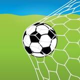 Vol de ballon de football dans le filet, la boule dans le but dans la perspective d'une pelouse du football et le ciel bleu Vecte Photo libre de droits