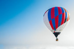 Vol de ballon par le ciel Images stock