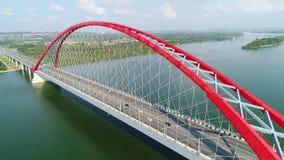 Vol de bourdon au-dessus de la rivière passerelle Câble-restée Beau paysage clips vidéos