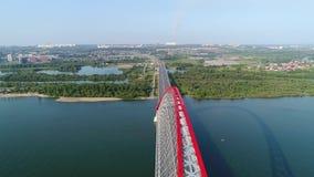 Vol de bourdon au-dessus de la rivière passerelle Câble-restée Beau paysage banque de vidéos