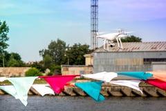 Vol de bourdon au-dessus des drapeaux colorés pendant le festival de mer au centre de la ville Image stock