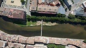 Vol de bourdon au-dessus de l'eau verte de la rivière Onyar banque de vidéos