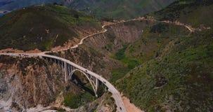 Vol de bourdon au-dessus paysage ensoleillé de paysage de stupéfier de Bixby en canyon été célèbre de pont et de route 1 dans le  banque de vidéos