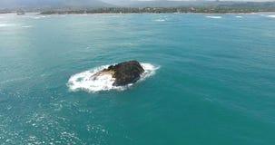 Vol de bourdon au-dessus de stupéfier l'atoll exotique entouré par l'océan l'eau de turquoise avec des vagues éclaboussant en lit banque de vidéos