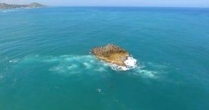 Vol de bourdon au-dessus de stupéfier l'atoll exotique entouré par l'océan l'eau de turquoise avec des vagues éclaboussant en lit clips vidéos