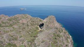 Vol de bourdon au-dessus de trou de roche sur le cap de Cap de Creus banque de vidéos