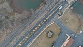 Vol de bourdon de basse altitude au-dessus d'une communauté suburbaine en Amérique du Nord C'est des routes d'une ruelle dans une banque de vidéos