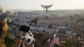 Vol de bourdon de contrôle de femme au-dessus de vieille ville européenne banque de vidéos