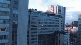 Vol de bourdon près du bâtiment vivant à plusiers étages de secteur de ville de dortoir banque de vidéos