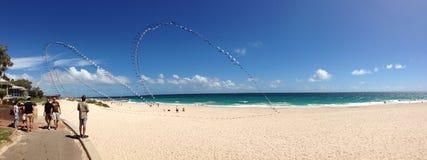 Vol de cerf-volant au panorama de plage de ville Images stock