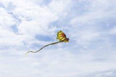 Vol de cerf-volant dans le ciel parmi les nuages sur l'île tropicale de Bali, Indonésie image libre de droits