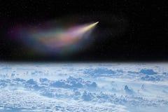 Vol de comète dans l'espace au-dessus des nuages blancs Horizontal de l'espace La terre et comète photo libre de droits