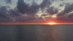 Vol de coucher du soleil au côté Silhouette d'homme se recroquevillant d'affaires 4K clips vidéos