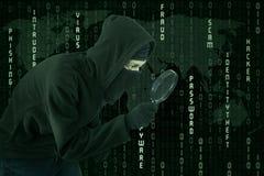 Vol de Cyber utilisant la loupe Images libres de droits