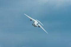 Vol de démonstration des avions Antonov An-178 de transport de militaires Images libres de droits