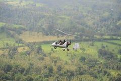 Vol de deux personnes dans l'autogyre Image stock