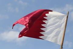Vol de drapeau national du Qatar dans Doha photos stock