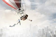 Vol de femme et d'homme sur l'aérostat images stock