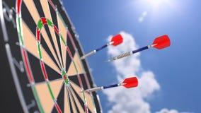 Vol de flèche vers un oeil de taureaux d'un panneau de dard Image libre de droits