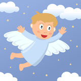 Vol de garçon d'ange dans le ciel Photo stock