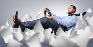 Vol de gestionnaire d'homme d'affaires avec le papier Photographie stock libre de droits