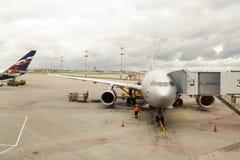 Vol de jet accouplé dans l'aéroport de Sheremetyevo Images libres de droits