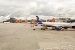 Vol de jet accouplé dans l'aéroport de Sheremetyevo Photographie stock libre de droits