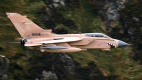 Vol de jet de chasseur-bombardier de la tornade GR4 de bas niveau images stock