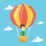 Vol de jeune homme dans le ballon à air chaud Photographie stock libre de droits