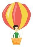 Vol de jeune homme dans le ballon à air chaud Photos stock
