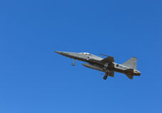 Vol de l'avion de chasse F5 sur le fond de ciel bleu Photographie stock