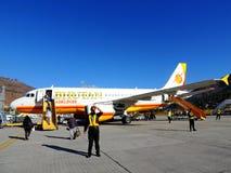 Vol de lignes aériennes du Bhutan avec le personnel au sol Photographie stock