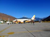 Vol de lignes aériennes du Bhutan avec le personnel au sol Images libres de droits