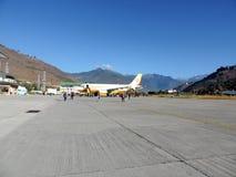 Vol de lignes aériennes du Bhutan avec le personnel au sol Photo libre de droits