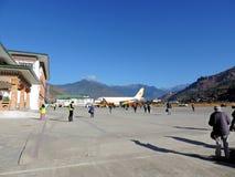 Vol de lignes aériennes du Bhutan avec le personnel au sol Image libre de droits